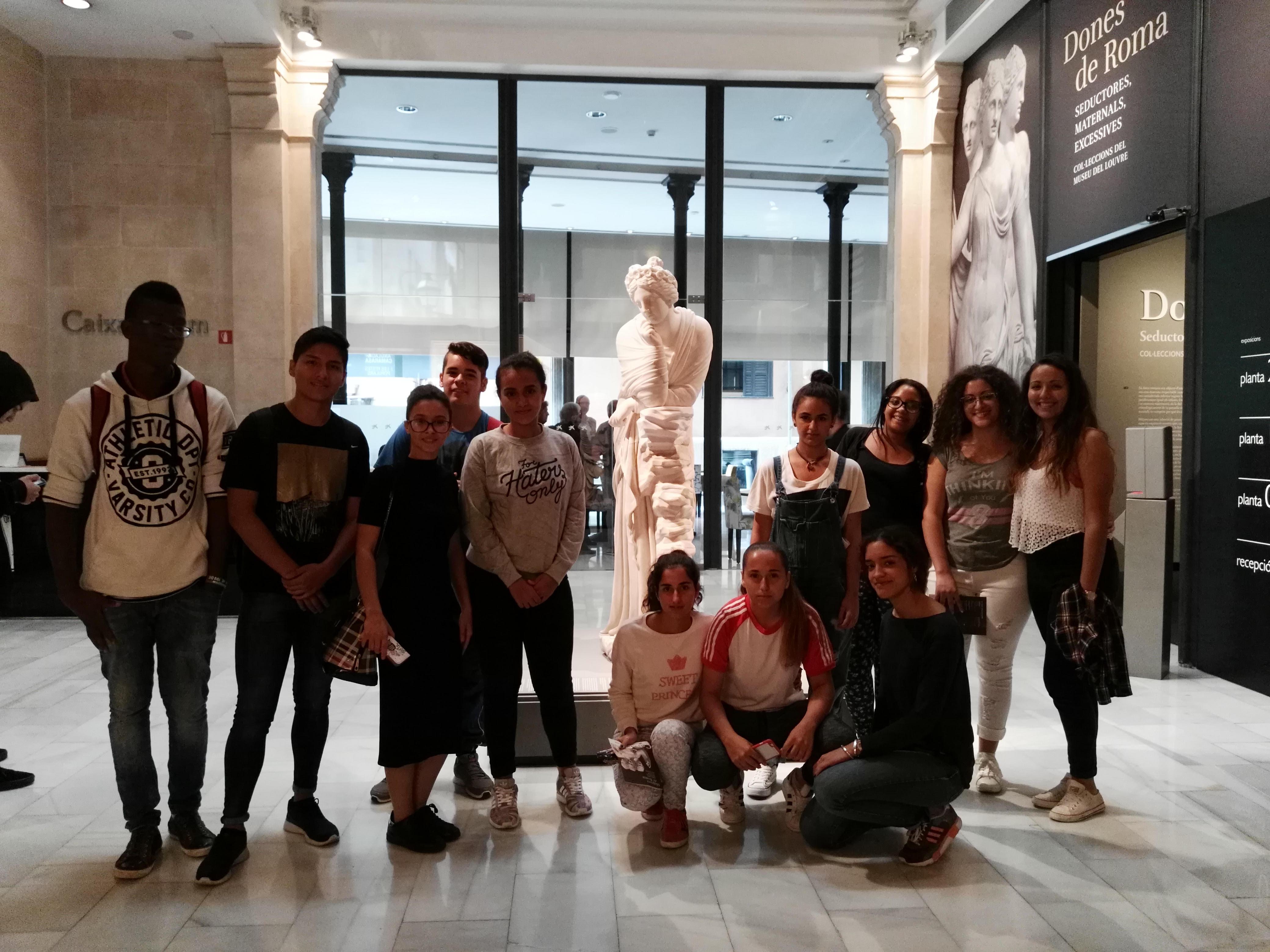 Alumnes de l'IES Ses Estacions a l'exposició Dones de Roma